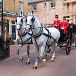 Vanhat perinteet elävät voimakkaina Buckinghamin palatsissa.