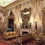 Koristeellinen valkoinen sali hehkuu valkoista ja kultaa. Salin flyygelin hankkivat musiikkia rakastaneet kuningatar Viktoria ja hänen miehensä prinssi Albert.