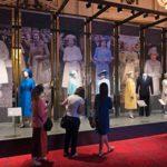 Buckinghamin palatsin tämänvuotinen näyttely kertoo Elisabetin elämästä ja Britannian merkkitapahtumista kuningattaren pukujen kautta.