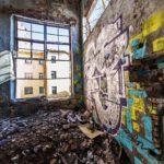 Linnankadun varrella sijaitsevien 1800-luvun liike- ja teollisuusrakennusten tuhoutuneet sisätilat ovat surullinen näky.