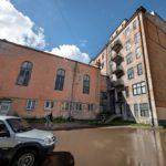 Luterilaisen seurakunnan seurakuntatalon pihan on vallannut valtava lätäkkö. Itse rakennus kaipaisi kipeästi peruskorjausta.