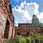 Keskiaikaisen kellotornin restaurointi ei ole edennyt rakennustelineiden pystytystä pidemmälle. Remonttiin varatut rahat kuitenkin katosivat, mikä aiheutti petossyytteen urakoitsijaa vastaan.