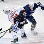 """Espoon kaupunginjohtaja Jukka Mäkelä puolustelee poliisijohdon kutsumista Bluesin jääkiekko-otteluun. """"Olen ylpeä siitä junioritoiminnasta, jota Espoossa tehdään. Olen sitä halunnut vieraille esitellä."""""""
