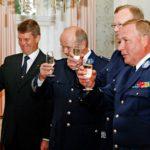 Espoon poliisijohto kävi onnittelemassa kaupungin johtoa vuonna 2008.