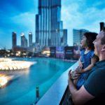 Illan hämärtyessä Dubain keskustassa voi ihailla komeita vesisuihkuja, jotka ovat kuin taideteoksia.