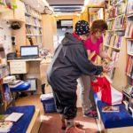 Linda Ruotsala käy lainaamassa kirjoja ja dvd-elokuvia lapsenlapsille.