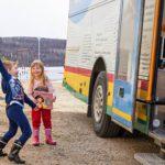 Frozen ja autokirjat kiinnostavat lapsia ympäri Suomen, niin myös yliperän Lapissa. Ella ja Miro ovat kirjastoauton vakioasiakkaita.