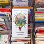 Kirjastoautossa on oma osastonsa suomen-, saamen- , ruotsin- sekä norjankieliselle kirjallisuudelle.