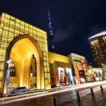 Dubai Mall on maailman suurin ostoskeskus. Ostoksia voi tehdä aina kello 23:een asti.