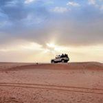 Aavikkosafarilla meno voi olla hurjaa. Retkeen kuuluu usein beduiini-illallinen, joka nautitaan ulkona.