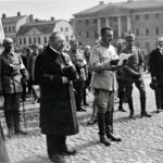 Voitonparaati Helsingissä 16.5.1918. Marsalkka Mannerheim puhuu Senaatintorilla, vieressä pääministeri P.E Svinhufvud.