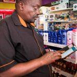 Titus Teimuge maksaa ostokset M-Pesalla. Kenia on mobiilimaksujen edelläkävijä, sillä maan BKT:sta yli 40 prosenttia kulkee puhelinten kautta.