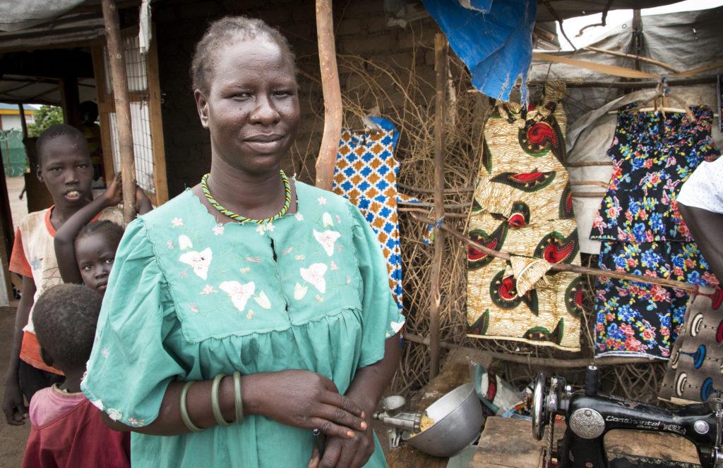 Sudanilainen Tabitha Onuarcar on räätäli ja asunut Kakumassa kolme vuotta. Asiakkaiden vaatteet valmistuvat saman räystään alla kuin perheen ruoka.