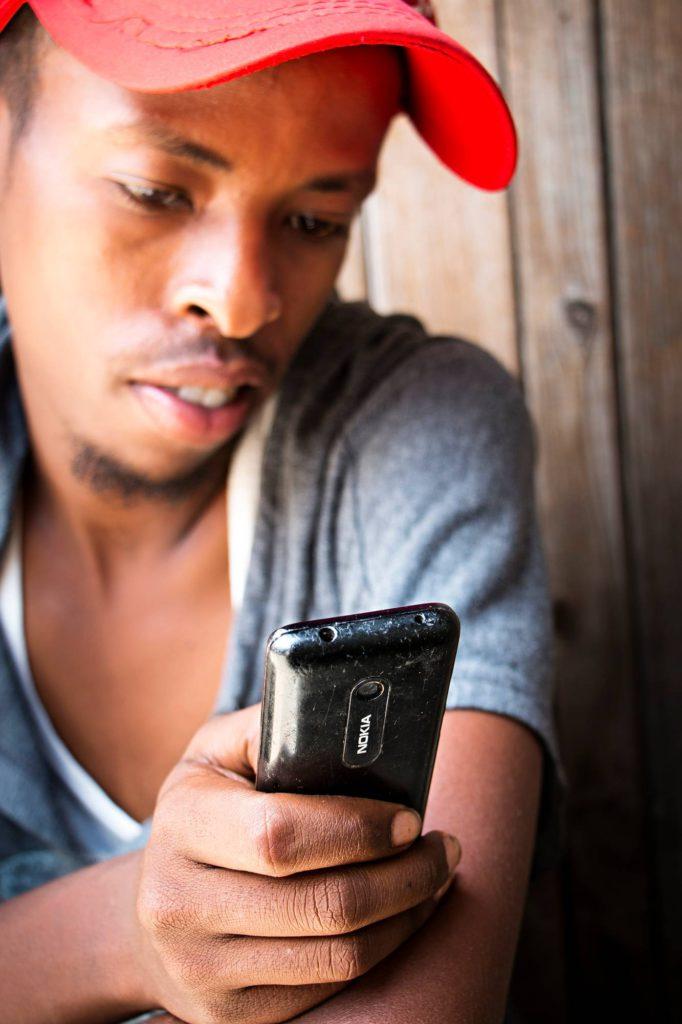 Nurki Tachen Nokia N206 on kehittyville markkinoille suunniteltu älypuhelin vuosimallia 2012. Kestävää akkua arvostetaan Saharan eteläpuolisessa Afrikassa, jonka asukkaista 75 prosenttia elää ilman sähköä.