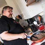 Eetu kokkaa pojille halpoja perusruokia, jauhelihakastiketta, hernekeittoa ja munakkaita.
