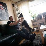 Lola-koira pitää Eetu Kinnuselle seuraa päivisin, kun Eetun pojat ovat koulussa.