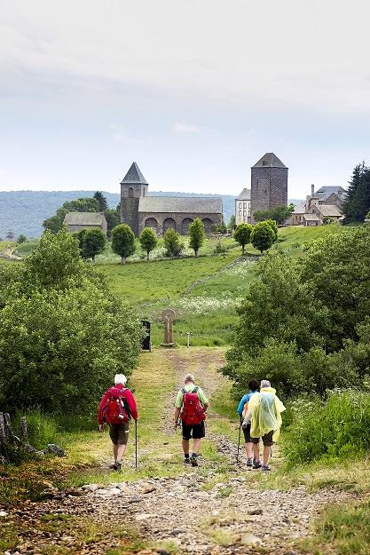 Vaeltajia menossa kohti Aubracin kylää.