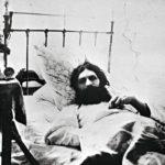 Rasputin sairaalassa selvittyään jälleen yhdestä murhayrityk-sestä. Hänet yritettiin murhata neljästi ennen kuin Felix Jusupovin johdolla viimein onnistuttiin.
