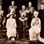 Kuninkaallinen perhe vuonna 1925. Ylärivissä vasemmalla prinssi Edvard, prinssi Henry, kuningas Yrjö V, prinssi Albert, josta tuli veljensä jälkeen kuningas Yrjö VI ja prinssi George. Eturivissä vasemmalla prinsessa Mary ja kuningatar Mary.
