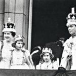 Edvardin jälkeen hänen veljestään tuli kuningas Yrjö VI. Kruunajaisissa kansaa tervehtivät kuningatar Elisabet, kruununprinsessa – nykyinen kuningatar Elisabet II ja prinsessa Margaret.