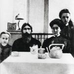 Tsaaritar Aleksandra (toinen oik.) ei sietänyt Rasputiniin kohdistuvaa arvostelua. Kuvassa tsaariperheen nuorimmat lapset Aleksei ja Anastasia.
