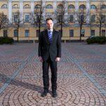 """""""Kansanedustaja on enemmän tarkkailija ja kommentaattori, ministeri on tekijä"""", Kai Mykkänen sanoo."""