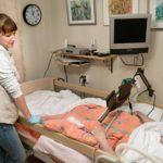 Mari toivottaa hyvää yötä vaikeaa reumaa sairastavalle Sirkalle. Hän pärjää kotona avustajan ja kotihoidon tukemana.