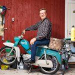 Risto Salmi on tehnyt pitkän uran taksiyrittäjänä. Munuaissiirron jälkeen hän on nauttinut myös mopoilusta.