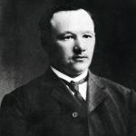 Oskari Tokoi oli ensimmäinen Suomen senaattia johtanut vasemmistolainen.Tokoi oli paiskinut ennen Suomeen paluutaan kymmenen vuotta töitä kivihiili- ja kultakaivoksissa Pohjois-Amerikassa, minne hän oli lähtenyt Pohjanmaalta jo 18-vuotiaana.