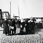 Ruokaa jonotetaan Helsingin kauppatorilla alkukeväästä 1917.