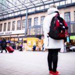 Helsingin rautatieasema on monen ihmisen koti. Minna etsii vielä sitkeästi muita vaihtoehtoja.