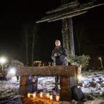 Ylivieskan kirkkoherra Timo Määttä puhui jouluyönä kirkon raunioilla. Määttä halusi jatkaa vaikean ajan yli ja lykkäsi kirkon palon vuoksi eläkkeelle jäämistään.