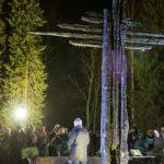Sadat ylivieskalaiset kokoontuivat jouluyönä mustuneista hirsistä pystytetyn ristin juurelle.