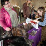Keväällä 2013 Irina Subbotkina seurasi, kun eläinlääkäriharjoittelija Anja Kurilo steriloi tarhalle tuotua koiraa. Nykyisin sterilointeja tehdään myös kiertävissä eläinlääkäriautoissa.