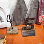 Kirkon palojätteistä, kuten nauloista ja virsitaulujen numeroista, tehtyjä esineitä myydään uuden kirkon hyväksi.