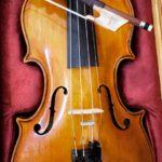 Palanen kirkon hirttä on päätynyt myös viulun kanteen.