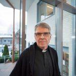 Kirkkoherra Timo Määttä neuvotteli kaksi päivää ennen joulua palaneen kirkon vakuutuskorvauksesta.