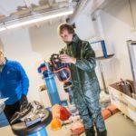 Väestönsuojakouluttaja Ilkka Kianto katsoo, että suojavarustus on pitävä ennen kuin lähdetään mittamaan ulkoilman säteilyä.