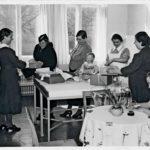 Joukko äitejä Helsingin Marian sairaalan lastenhoidon neuvonta-asemalla noutamassa vaatepakkauksia 1938.