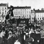 Yksi monista venäläissotilaiden kesällä 1917 järjestämistä mielenosoituksista Helsingissä – nyt rautatientorilla. Keskellä olevassa banderollissa näkyvät sanat Vsja vlast (kaikki valta).