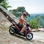 Jos hallitsee moottoripyöräilyn, skootteri on kätevä tapa tutustua kauniiseen saareen. Liikenne on melko maltillsta.