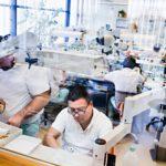 Kruunujen ja proteesien valmistus on käsityötä. Kreativ Dental -klinikalla työskentelee 20 hammasteknikkoa.