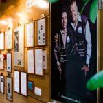 Kreativ Dentalin aulaa koristaa lehtijuttujen kunniagalleria. Klinikan toimitusjohtaja on profiloitunut biljardin ystävänä ja sponsorina.