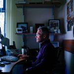 Kreativ Dentalin toimitusjohtaja Attila Knott istuu hammasklinikan toimistossa. Knott jakaa työhuoneensa äitinsä, klinikan toisen johtajan ja omistajan, kanssa.