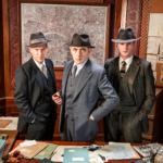 Työn raskauttama komisario Jules Maigret (Rowan Atkinson, kesk.) on tarkoituksella Hercule Poirotin kepeän hupsuttelun vastakohta. Janvier (Shaun Dingwall, vas.) ja Lapointe (Leo Staar) kuuluvat Maigret'n porukkaan.