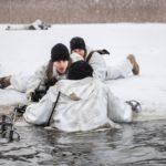 Jäihin pudonneen pelastaminen on osa talvisodankäynnin taitoja, joita jenkkisotilaat harjoittelevat Latviassa. Uintivuorossa on laskuvarjojääkäri Dustin McGraw.