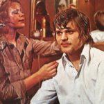 Vuokko Mattila muotoili herrain hiuksiin yhä uusia kiharoita. Katse ja koko olemus puhuivat 1970-luvulla puolestaan.