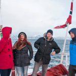 Johanna Keskisimonen (vas.), Melina Hietajärvi, Joel Nurmela ja Ossi Björnholm ovat matkalla syrjäiselle 300 asukkaan Arnøyan saarelle perkaamaan kalaa.
