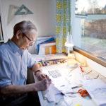 Jorma Tiittasen piirroksia julkaistiin Seurassa Titulointia-otsikon alla yli 2 200 kappaletta vuosina 1965-2009. Kuva vuodelta 2009.