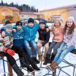 Porvoon Hinthaara on suomalaisen koulumaailman harvinaisuus. Täällä oppilaat saavat seurustella yli kielirajojen. Kuvassa Benjamin Gabrielsson (vas.), Leevi Pekkala, Kevin Tuominen, Leevi Hakku, Erin Johansson ja Tiia Tolppanen.